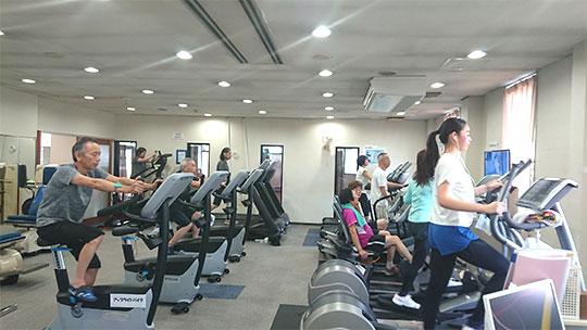 理想の体づくりを目指して、筋肉トレーニングマシンでシェイプ・アップ。